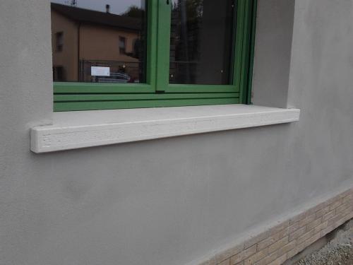davanzale in cemento e graniglia bianca