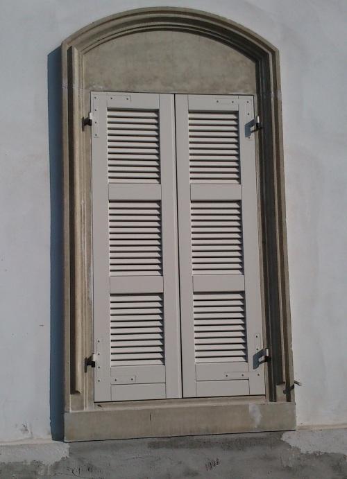 davanzale e cornice finestra in cemento naturale