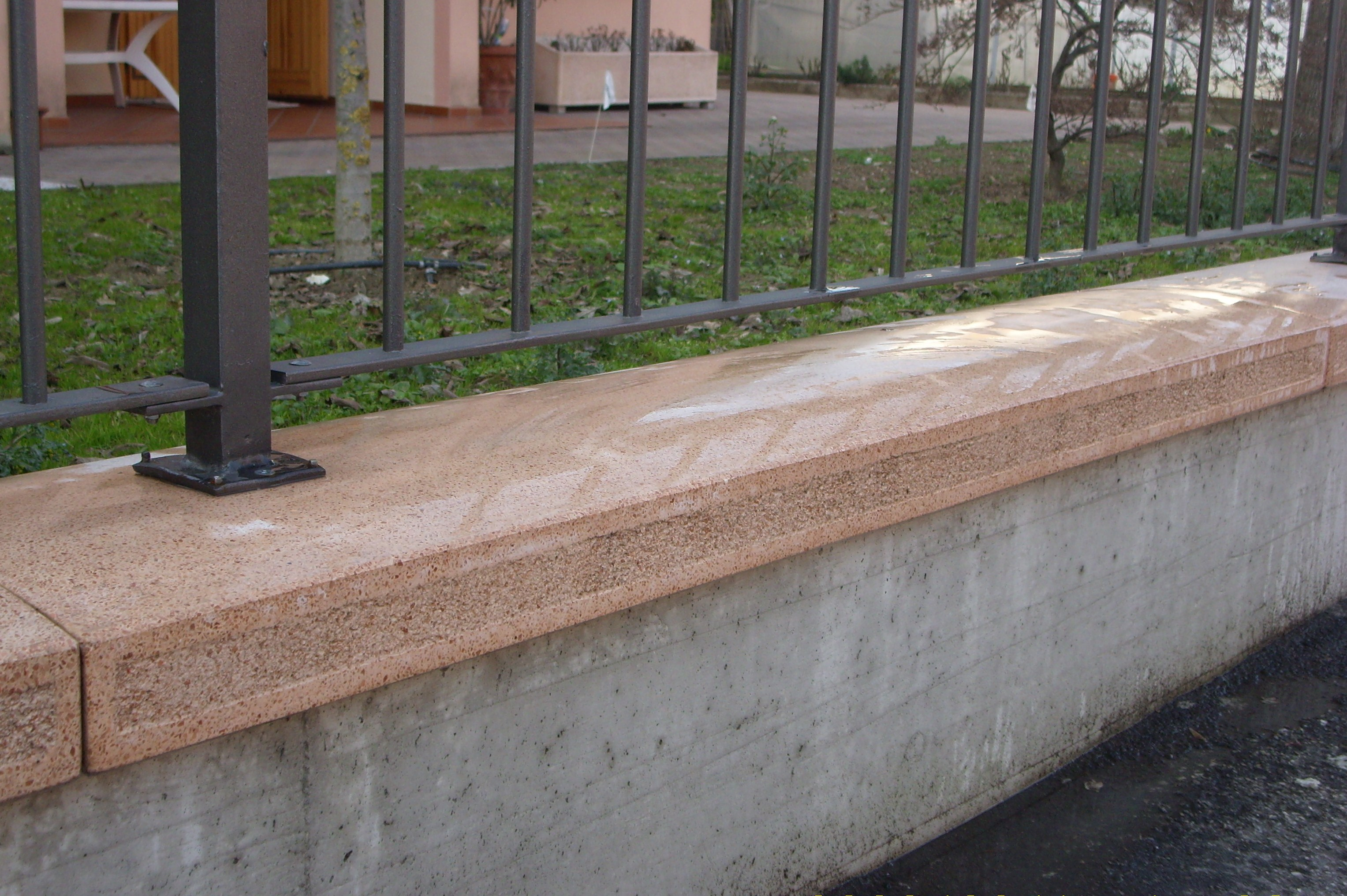 Cappelli per pilastri e copertine coprimuro righi - Copertine per muretti esterno in cemento prezzi ...