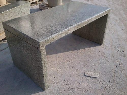 tavolo in graniglia verde 'alpi' e cemento grigio levigato con trattamento ad effetto bagnato